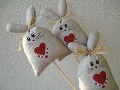 zajíček - zápich Zajíček bavlny. Domalováno z lícu. výška cca 11 cm a špejle Ruční práce = mírné odchylky. Diy And Crafts, Crafts For Kids, Feather Crafts, Easter Projects, Funny Bunnies, Vintage Crafts, Diy Christmas Ornaments, Spring Crafts, Craft Fairs