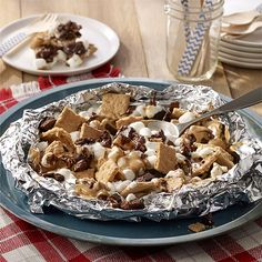 Campfire S'more Nachos Grill Packet: dessert nachos use traditional s'more ingredients with a twist of added crumbled brownie and creamy peanut butter made in a foil packet for easy clean up. Foil Packet Dinners, Foil Pack Meals, Foil Dinners, Grilling Foil Packets, Foil Packet Desserts, Foil Packet Recipes, Grilled Desserts, Köstliche Desserts, Delicious Desserts