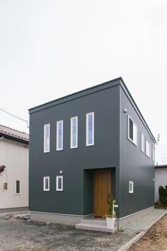 秋田市の新築一戸建てなら秋田ホームへお任せ!秋田県の気候・風土に合った高品質でデザイン性の高い注文住宅をご提案いたします。 Metal Siding, Japanese Modern, Modern Traditional, Interior Architecture, Cottage, Construction, Exterior, Kitchenette, Building