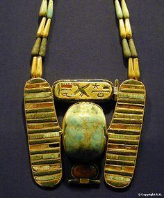 Pectoral orné d'un scarabée ailé Musée égyptien du Caire Les tombes royales de Tanis