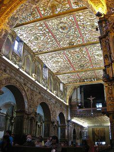 Interior de la Iglesia San Francisco de Quito.