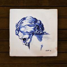 Piastrella ceramica dipinta a mano in cobalto. Misure: 17 x 17 cm Soggetto: volto femminile I toni del blu cobalto brillano sul bianco della ceramica donandole un sapore classico ma sempre vivo. Da Frammenti potete trovare una vasta produzione di ceramiche dipinte a mano usando la tecnica del blu cobalto, un colore speciale perchè, grigio e quasi trasparente quando è crudo, in cottura si trasforma in un bellissimo blu vivo e brillante. Le piastrelle, i frammenti e i soprammobili in ceramica