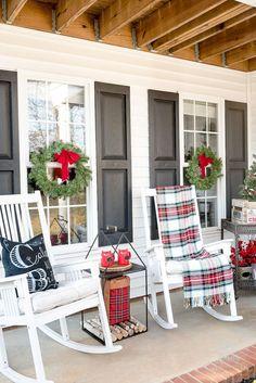 Gorgeous 60 Amazing Farmhouse Porch Decor Ideas https://decorapatio.com/2018/02/22/60-amazing-farmhouse-porch-decor-ideas/