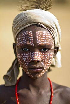 Erbore Boy With Painted Face – Ethiopia - Children wears a calabash hat to protect them from the sun. Another custom is body painting using natural products. The Face, Face And Body, We Are The World, People Around The World, Beautiful Children, Beautiful People, Beautiful Women, Tribal Face, Foto Portrait