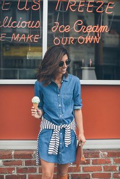21 Looks Lindos com Jeans e Listras - Denim Shirt Dress - Ideas of Denim Shirt Dress - look jeans listras lindos para se apaixonar 13 Jean Shirt Dress, Jeans Dress, Spring Summer Fashion, Spring Outfits, Autumn Fashion, Look Fashion, Fashion Outfits, Fashion Ideas, Fashion Trends