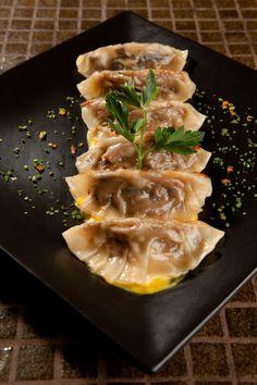 Gyoza: Las gyozas son originalmente una preparación de origen chino muy popular en Japón. Son rellenas de carne picada, langostinos o verduras enrollados en una delgada masa, que se suele sellar con los dedos al ser elaborada. Se sirven con una salsa aliñada con vinagre de arroz.