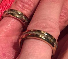 Eindelijk! Onze ringen zijn klaar. Het symbool van onze liefde voor elkaar en van onze liefde voor en verbondenheid met John. Nu hebben we hem voor altijd letterlijk *om* ons heen.   De Drie Musketiers, Rebels With & Without A Cause!   Ik hou van jullie, John & Helmuth...mannen naar én in mijn hart! ❤️