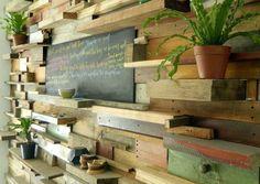 BONDI, colectivo creativo (en Alma Singer). Pared maderas recicladas, estanteria