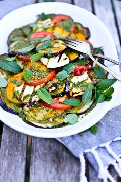 u will love these halloumi recipes! Halloumi is the best grilling cheese ever and tastes amazing when added to salads, burgers and even pasta! Here are ten halloumi recipes for you to enjoy. Halloumi Salat, Grilled Halloumi, Haloumi Cheese, Cheese Salad, Eggplant Salad, Grilled Eggplant, Grilled Salmon, Grilled Chicken, Gastronomia