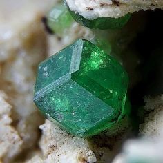 How to earn money? Minerals And Gemstones, Rocks And Minerals, Natural Crystals, Stones And Crystals, Granada, Rocks And Gems, My Gems, Sticks And Stones, Beautiful Rocks