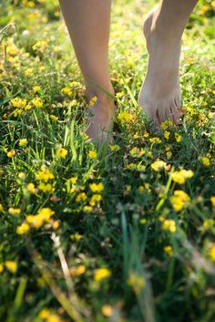 Stock image of '?Sigrid Olsson/AltoPress/Maxppp ; Person walking barefoot in field of wildflowers, cropped'