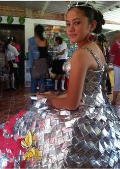 Nombres para vestidos en material reciclable - Imagui Recycled Costumes, Recycled Dress, Duct Tape Dress, Recycled Art Projects, Modelista, Recycled Fashion, Diy Dress, School Fashion, Wearable Art