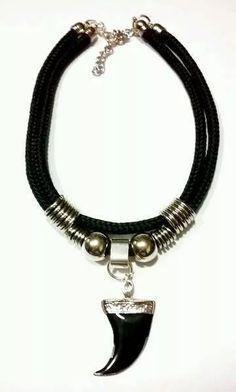 collar choker moda cordon negro ancho dijes a eleccion Jewelry Art, Jewelry Accessories, Jewelry Necklaces, Handmade Necklaces, Handmade Jewelry, Pretty Necklaces, Leather Jewelry, Bracelets For Men, Jewelery