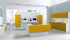 Mobiliario en laca diamante cristal blanco y amarillo, con bordes en acero inoxidable a modo de passepartout. Conjunto divertido y elegante.