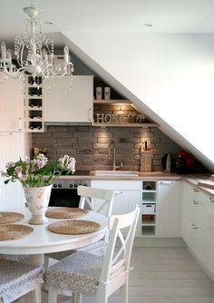 Удобная планировка кухни-столовой в мансардном помещении: рабочая зона под скошенными стенами