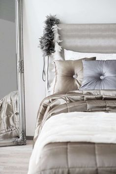 FIONA päiväpeite saatavilla neljässä hehkuvassa värissä; hiekka, valkoinen, hopea ja grafiitti. Kaveriksi sopii FANNI koristenappityyny! #lennol #päiväpeite #makuuhuone