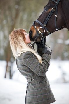 Found this on Google (the girl in this pic isn't me) and it made me smile - one happy looking girl and a beautiful horse + snow always gives me that grin. :)