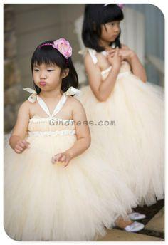 flower girls in gorgeous tulle dresses