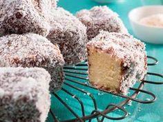 Hierdie vierkante van sponskoek bedek met sjokolade en klapper is net reg vir middagtee. Lamingtons Recipe, Kos, Sweet Recipes, Cake Recipes, My Favorite Food, Favorite Recipes, South African Recipes, No Bake Cake, Cupcake Cakes
