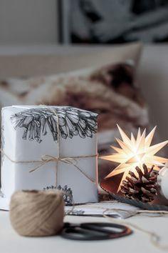 [✁Auf dem Weg.]   #solebich #geschenk #present #papierstern #tannenzpafen #diy #verpackung #pinecone Foto: smeti