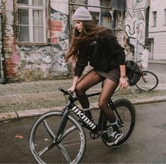 43 Ideas For Bike Girls Outfit Cycle Chic Bicycle Women, Road Bike Women, Bicycle Girl, Women's Cycling, Cycling Girls, Urban Cycling, Cycling Workout, Cycling Jerseys, Cycle Chic