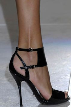 Gucci blanck sandals #fashion #heels #shoes  For luxury custom made shoes visit www.just-ene.com