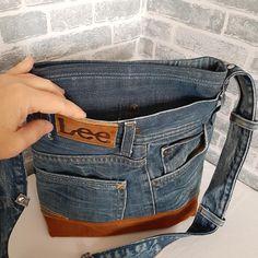 Macrame Bracelet Designs – Nonetheless Stylish After Ages – By Zazok Denim Tote Bags, Denim Handbags, Denim Purse, Jean Crafts, Denim Crafts, Jean Purses, Purses And Bags, Estilo Denim, Denim Ideas