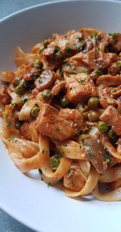 Dans cet article, je vous propose une recette de poulet façon stroganoff, une inspiration de Jamie Oliver, que j'ai accompagné de tagliatelles. Vous pouvez très bien l'accompagner de riz. C'est partit pour la recette Recette pour 2-3 personnes: Ingrédients: 400g de blanc de poulet coupé en cubes 1 gros oignon émincé 2 gousses d'ail hachées...