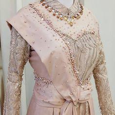 Gambar mungkin berisi: orang berdiri Pakistani Fashion Casual, Muslim Fashion, Hijab Fashion, Kebaya Wedding, Hijab Wedding Dresses, Model Dress Kebaya, Dress Brokat Modern, Casual Hijab Outfit, Embroidery Suits