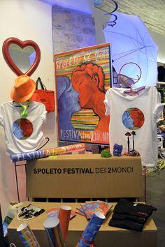 Magliette, bags, poster e tanto altro come souvenir della 56esima edizione del Festival dei 2Mondi
