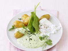 Verlorenes Ei mit grünem Dip und Kartoffeln | Zeit: 20 Min. | http://eatsmarter.de/rezepte/verlorenes-ei-mit-gruenem-dip-und-kartoffeln