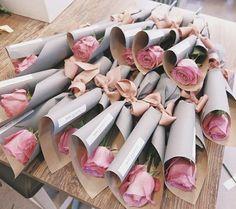 Ideas For Flowers Bouquet Gift Single Single Flower Bouquet, Flower Bouquet Diy, Bouquet Wrap, Gift Bouquet, Tulip Bouquet, How To Wrap Flowers, Simple Flowers, Boquette Flowers, Gift Flowers