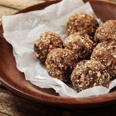 No bake protein balls. Whether it's to jump-start your workout or recover from one, these healthy protein ball recipes taste great no matter how, when, or why you eat them. Healthy Protein Snacks, Protein Bites, Protein Ball, Healthy Desserts, Protein Shakes, Hot Cross Bun, Desserts Sains, Coconut Health Benefits, Energy Snacks