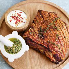 1 Verwarm de oven voor op 220 ºC. Kerf het zwoerd en het vet van de varkensbuik in en wrijf hem in met een halve citroen. Bestrooi het zwoerd en vlees met zout, peper, nootmuskaat en tijm. Braad de varkensbuik 30 minuten in de oven, tot het zwoerd...