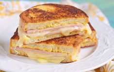 This is a true croque-monsieur Low Carb Paleo, Grilling Recipes, Cooking Recipes, Cooking Ideas, Grilled Ham And Cheese, Pesto Grilled Cheeses, Monte Cristo Sandwich, Sandwiches, Healthy Snacks