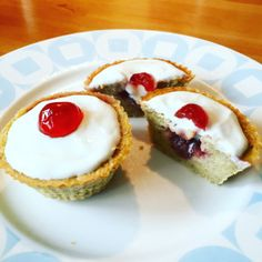 Slimming Cherry fake Wells ( Slimming World ) - Cherry Bakewell Tarts are one of my all-time favourite cakes and I loved visiting Bakewell for the best tasting ones. With this in mind I wanted to try and recreate the taste using a Slimming World… Slimming World Deserts, Slimming World Puddings, Slimming World Tips, Slimming World Recipes Syn Free, Slimming Eats, Fake Away Slimming World, Slimming World Biscuits, Slimming World Cookies, Slimming World Taster Ideas