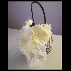 Lanterna di legno decorata con fiori di carta velina.