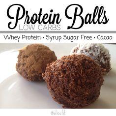 """Quien dijo merienda?? Aló!? estas trufas de proteínas son super fáciles de hacer.. Necesitas: ✅ 1/4 de taza de proteína. Yo use #Isolate de @evolutionadvance sabor a Vainilla ✅ 100cc (6cdas) de Sirop de Fresa Sin Azúcar #Hersheys de @lightysinazucar ✅ 2 Cdas de cacao en polvo sin azúcar ✅  3cds de harina de coco.  Mezcla los ingredientes secos para incorporarlos bien y luego agrega el sirop y """"amasa"""" con la mano hasta formar estas bolitas.."""