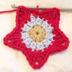 This is a pattern to crochet a very simple, 5 pointed star. It is made in just 3 - Hastag Stalk Crochet Star Patterns, Crochet Stars, Crochet Snowflakes, Knit Or Crochet, Crochet Motif, Crochet Crafts, Single Crochet, Easy Crochet, Crochet Hooks