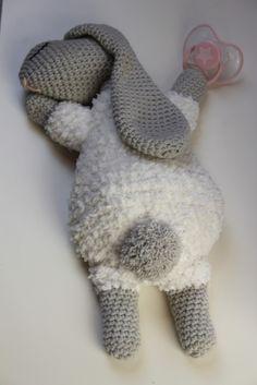 Naast handig is deze (speen)knuffel ook nog eens superschattig en heerlijk zacht!Dit haasje is heerlijk om mee te knuffelen, lekker zacht voor je kindje om tegen aan te liggen of het hoofdje op te leggen als het moe is!Een erg leuk kraamcadeautje om te haken en weg te geven. Crochet Bunny Pattern, Crochet Rabbit, Crochet Animal Patterns, Stuffed Animal Patterns, Crochet Animals, Crochet For Kids, Crochet Baby, Free Crochet, Handmade Baby