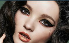 En negro y colorido eyeliner