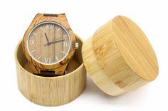 Diesehandgefertigte Holzuhr ist hergestellt aus qualitativ hochwertigem, natürlichem Bambusholz. Jede Uhr ist etwas Besonderes,  da kein Stück Holz dem anderen gleicht. HochwertigesGlas; umweltfreundlich; nachhaltiges, natürliches Bambusholz Entwickelt für Menschen mit empfindlicher Haut, da kein Metall mehr die Haut berührt. Armband aus Leder Hochwertiges Quarz Uhrwerk Bestseller-Stil (bereits Tausende verkauft weltweit); umweltfreundliche Mode Ideal passend zu jeder Art von…