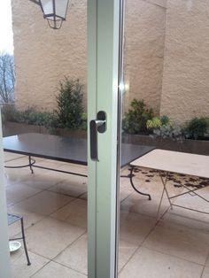 Poignée Olivari montée sur porte fenêtre Wicslide 65 de chez WICONA. Covermetal.