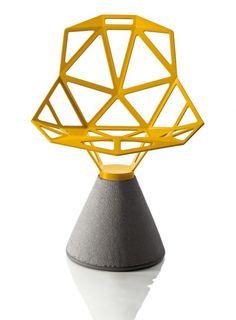"""Konstantin Grcic, """"Chair one"""" für Magis, hier in Gelb mit Betonfuß. (Foto: Magis)"""