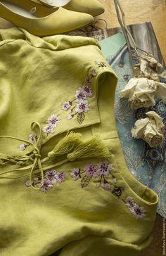 Embroidery Suits Punjabi, Embroidery On Kurtis, Hand Embroidery Dress, Kurti Embroidery Design, Embroidery On Clothes, Embroidered Clothes, Embroidery Fashion, Embroidery Neck Designs, Floral Embroidery Patterns