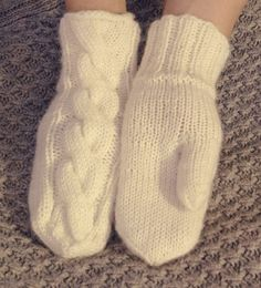 Lahoa rautaa: Klassiset PALMIKKO-lapaset Woolen Socks, Knitting Charts, Knitting Ideas, Winter Dresses, Hand Warmers, Handicraft, Needlework, Knit Crochet, Runes