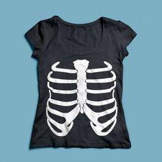 T-shirt Ribbenkast | Een 100% katoen single jersey t-shirt verkrijgbaar met v-hals of ronde hals met een opdruk voor zowel dames als heren(en kinderen)! In diverse maten verkrijgbaar.  #kleding #textieldruk #textielprint #opdruk #print #eigenprint #damesshirt #herenshirt #tshirt #shirt #ribben #ribbenkast #skelet #geraamte #eng #halloween