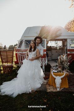 Ein Bulli eignet sich perfekt als Hintergrund für die freie Trauung im Boho Stil. Mit Boho Dekoration, wie Traumfängern, Rattan-Teppichen und Trockenblumen zaubert ihr auch Outdoor eine romantische Location für euer Hochzeits-Picknick. Boho Stil, Location, Rattan, Wedding Dresses, Outdoor, Fashion, Outside Wedding, Unique Weddings, Dress Wedding
