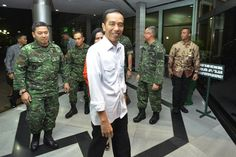 PRESIDEN KUNJUNGI HABIBIE   Presiden Jokowi kunjungi Presiden ke-3 RI BJ Habibie - Yahoo News Indonesia Malang, Special Guest, Coat, Sweet, Fashion, Pictures, Candy, Moda, Sewing Coat