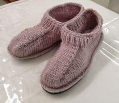 Lorsque j'ai mis les photos de notre table de création d'avril, je ne pensais jamais recevoir autant de courriels pour féliciter Monique P. pour ses pantoufles. Mais admettez qu'elles sont belles, pratiques, chaudes et qu'elles ressemblent à celles qu'on... Loom Knitting, Knitting Socks, Hand Knitting, Knitted Slippers, Slipper Socks, Knit Shoes, Slim Fit Trousers, Yarn Shop, Knit Or Crochet